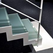 Moderne trappen afgewerkt met staal glas of hout - Moderne metalen trap ...